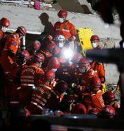 Räddningsarbetare i Izmir. Emrah Gurel / TT NYHETSBYRÅN