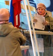 En kvinna röstar Dmitri Lovetsky / TT NYHETSBYRÅN