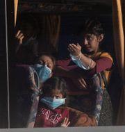 Barn som anlänt till hamnstaden Lavrio söder om Aten. Petros Giannakouris / TT NYHETSBYRÅN