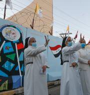 Nunnor vinkar till påven som passerar under sitt besök i Irak. Andrew Medichini / TT NYHETSBYRÅN