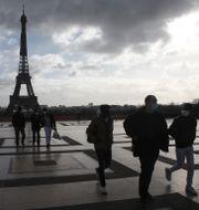 Personer med munskydd i Paris. Michel Euler / TT NYHETSBYRÅN