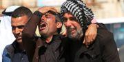 Anhöriga i Mosul på fredagen.  ARI JALAL / TT NYHETSBYRÅN