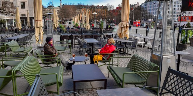 Stillsamt på uteservering vid Medborgarplatsen i Stockholm.  Jonas Ekströmer/TT / TT NYHETSBYRÅN