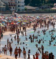Många strandgäster i Saint Jean de Luz i sydvästra Frankrike förra helgen. Bob Edme / TT NYHETSBYRÅN