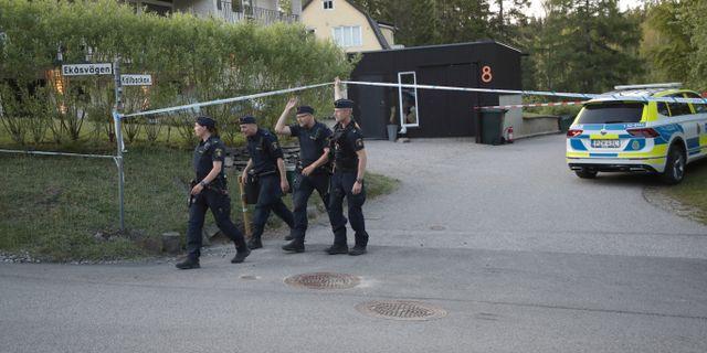 Polisen vid husen där olyckan skedde. Adam Ihse/TT / TT NYHETSBYRÅN