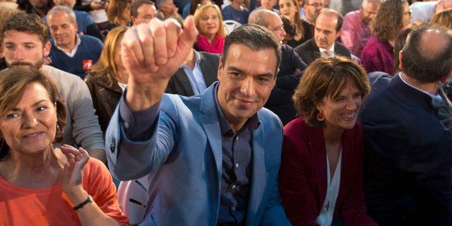 Socialistpartiet PSOE:s ledare Pedro Sánchez tillsammans med supportrar. Paul White / TT NYHETSBYRÅN