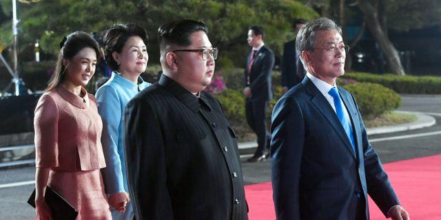 Bild från den 27 april: Nord- och Sydkoreas presidenter med sina fruar under en ceremoni i den demilitariserade zonen. POOL New / TT NYHETSBYRÅN