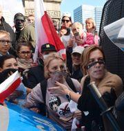 Demonstranter i Warszawa.  Czarek Sokolowski / TT NYHETSBYRÅN