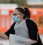 En bilförare i London testas för coronaviruset. Matt Dunham / TT NYHETSBYRÅN