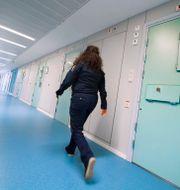 Illustrationsbild. En kvinnlig häktesvakt går i en korridor på häktet i Huddinge, ett av Kriminalvårdens säkerhetshäkten.  Claudio Bresciani/TT / TT NYHETSBYRÅN