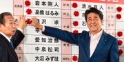 Shinzo Abe till höger.  KAZUHIRO NOGI / AFP