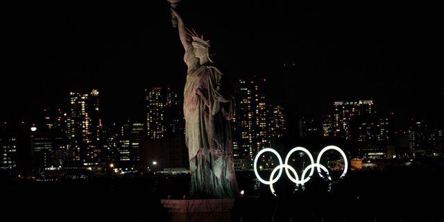 OS-ringarna vid en replika av Frihetsgudinnan i Tokyo. BEHROUZ MEHRI / TT NYHETSBYRÅN