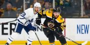 William Nylander bakom Matt Grzelcyk.  Adam Glanzman / GETTY IMAGES NORTH AMERICA