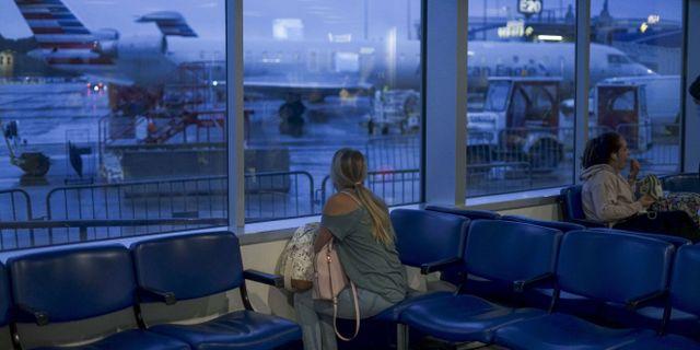 Arkivbild: United Airlines-resenärer väntar på sitt plan på flygplatsen i Charlotte i North Carolina. Sandy Huffaker / TT NYHETSBYRÅN