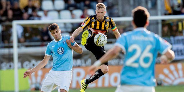Malmös Alexander Jeremejeff och Häckens Rasmus Lindgren i lördagens fotbollsmatch. Adam Ihse/TT / TT NYHETSBYRÅN