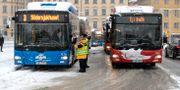 Bussar i långa köer vid Slussen i centrala Stockholm.  TT