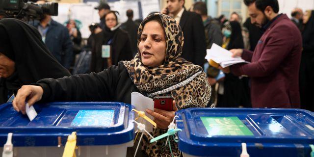 En kvinna lägger sin röst. WANA / TT NYHETSBYRÅN