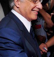 Nabil Karoui lägger sin röst.  Hassene Dridi / TT NYHETSBYRÅN