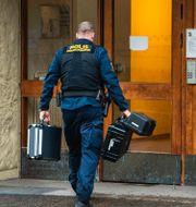 Polisens tekniker undersöker bostaden i Haninge. Claudio Bresciani / TT / TT NYHETSBYRÅN