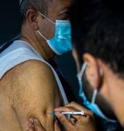 En man i Israel vaccineras.  Ariel Schalit / TT NYHETSBYRÅN
