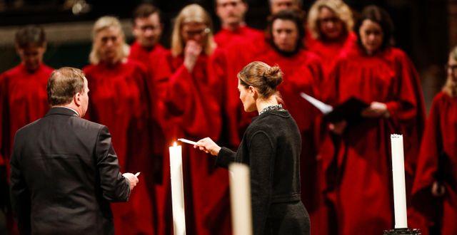 Statsminister Stefan Löfven och kronprinsessan Victoria inleder ljuständningen. Christine Olsson/TT / TT NYHETSBYRÅN