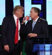 Arkivbild: De dåvarande kandidaterna Donald Trump och John Kasich under en paus vid en debatt i det republikanska primärvalet 2016 JOE RAEDLE / GETTY IMAGES NORTH AMERICA