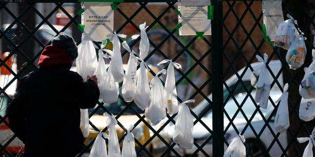 Människor lämnar donationer i en park i Berlin.  FABRIZIO BENSCH / TT NYHETSBYRÅN