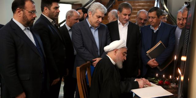 Hassan Rouhani skriver i en kondoleansbok efter nedskjutningen av ukrainska planet. HO / Iranian Presidency