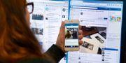 Arkivbild. Kvinna använder sociala medier. Janerik Henriksson/TT / TT NYHETSBYRÅN