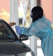 Sjukvårdspersonal i Florida testar för covid-19.  Wilfredo Lee / TT NYHETSBYRÅN
