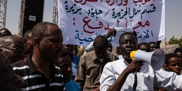 En grupp demonstranter i Khartoum.  Salih Basheer / TT NYHETSBYRÅN/ NTB Scanpix