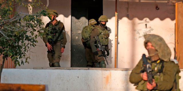Israeliska soldater i en by öster om Nablus på måndagen.  JAAFAR ASHTIYEH / AFP