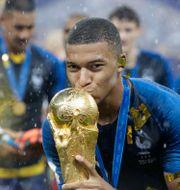Frankrikes Kylian Mbappé lyfter VM-bucklan 2018.  Matthias Schrader / TT NYHETSBYRÅN