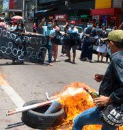 Juntamotståndare bränner däck och demonstrerar på gatorna i Rangoon (3 maj 2021) TT NYHETSBYRÅN