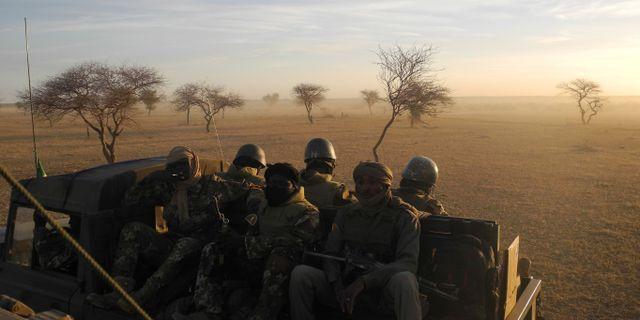 Maliska soldater vid gränsen mot Niger och Burkina Faso.  DAPHNE BENOIT / AFP