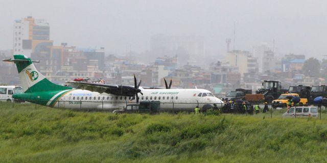 Planet halkade av landningsbanan som blivit blöt i det kraftiga regnet. Niranjan Shrestha / TT NYHETSBYRÅN/ NTB Scanpix