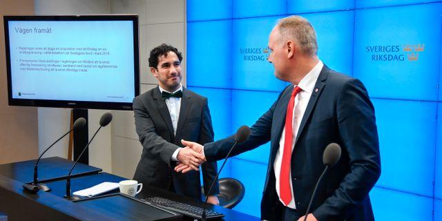 Civilminister Ardalan Shekarabi (S) och Vänsterpartiets ledare Jonas Sjöstedt på fredagens pressträff. Anders Wiklund/TT / TT NYHETSBYRÅN