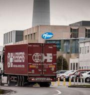 En lastbil utanför vaccinfabriken i Puurs. Valentin Bianchi / TT NYHETSBYRÅN