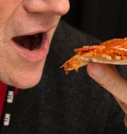 Man äter pizza. Illustrationsbild.  Bendiksby, Terje / TT NYHETSBYRÅN