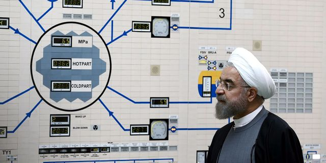 Irans president Rouhani besöker en av landets kärnreaktorer. Mohammad Berno / TT NYHETSBYRÅN