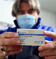 En förpackning med Janssenvaccinet som levererats till Ungern. Szilard Koszticsak / TT NYHETSBYRÅN