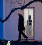 Joe Biden utanför Vita huset i fredags Alex Brandon / TT NYHETSBYRÅN