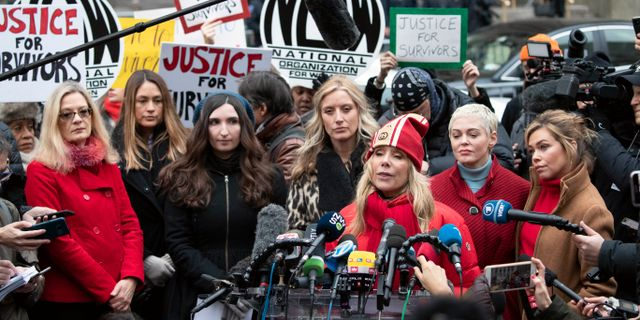 Rosanna Arquette håller tal utanför domstolen i New York. Mark Lennihan / TT NYHETSBYRÅN