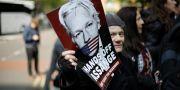 Proteströster mot att Assange ska släppas fri utanför rätten i London tidigare i år. Arkivbild. Matt Dunham / TT NYHETSBYRÅN/ NTB Scanpix