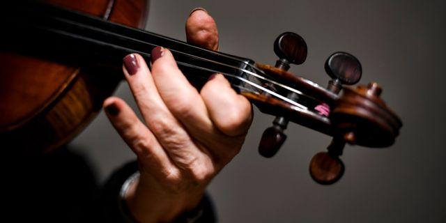 Kvinna spelar fiol. Pontus Lundahl/TT / TT NYHETSBYRÅN