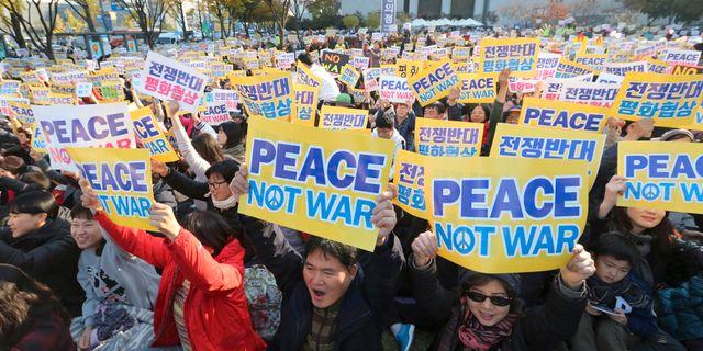 En anti-krigsdemonstration i närheten av den amerikanska ambassaden i Seoul, Sydkorea, den 5 november 2017.  Ahn Young-joon / TT / NTB Scanpix