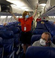 Illustrationsbild: Kabinpersonal förbereder inför avfärd i ett Southwest Airlines-plan från Kansas till Orlando, 1 oktober 2020.  Charlie Riedel / TT NYHETSBYRÅN