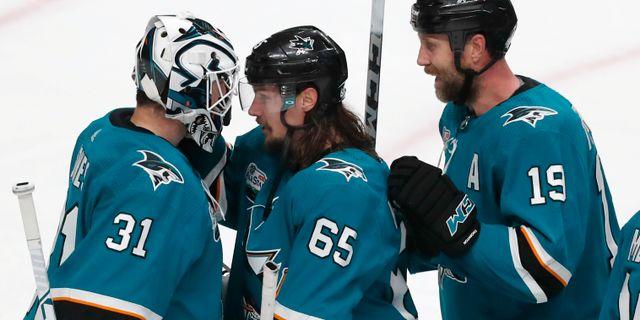 Erik Karlsson (mitten) firar segern med lagkamraterna.  Josie Lepe / TT NYHETSBYRÅN