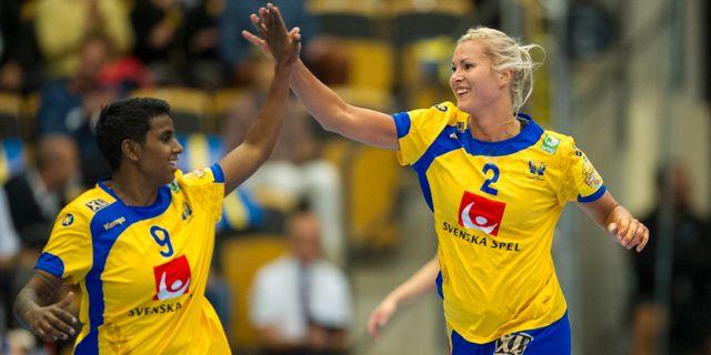 Sveriges Louise Sand och Ulrika Maria Toft Hansen under  en EM-kvalmatch i september 2017  Björn Lindgren/TT / TT NYHETSBYRÅN