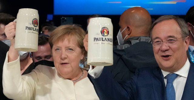 Angela Merkel med Armin Laschet, båda CDU, vid ett valmöte i München. Matthias Schrader / TT NYHETSBYRÅN